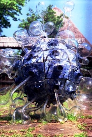 Koncz-Münich András - Extraterestrul de la Muzeul Satului (lucrare de licenţă, porţelan şi sticlă)
