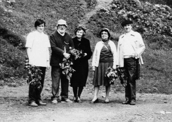 Tescani, 1987 (Paştina, fam.Gherasim, E. Costescu, V. Varga) Foto: Emilia Paştina