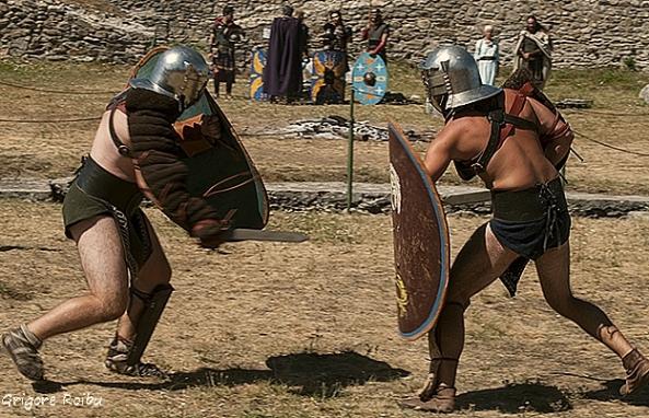 Samizegetusa Ulpia Traiana Augusta - Amfiteatru, reconstituire luptă cu gladiatori (Foto Grigore Roibu)