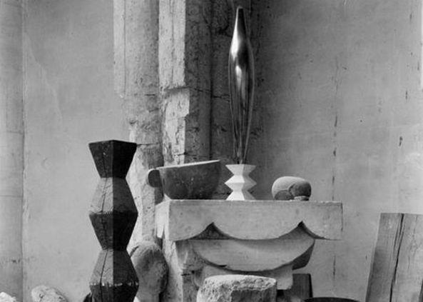 Atelierul lui Brâncuşi 1920 (Foto Edward Steichen, Sursa Wikipedia)