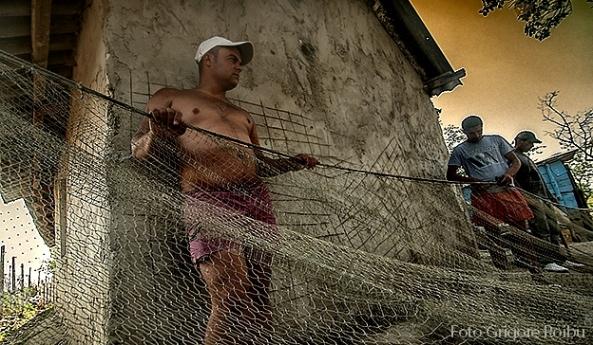 Pescari în satul Sinoe