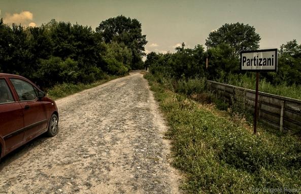 Intrarea în satul Partizani