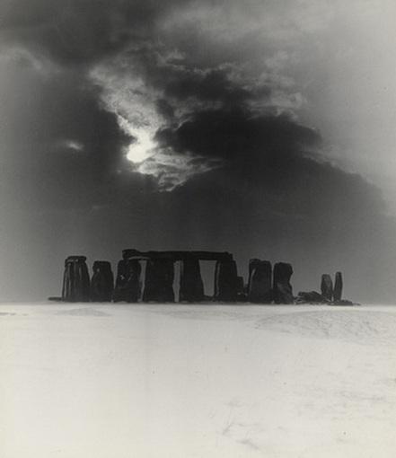 Bill Brandt - Stonehenge, 1947 (foto http://darksilenceinsuburbia.tumblr.com)