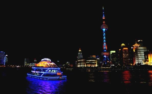 """Locul al II-lea: Nacu Alexandra -"""" Lights of Shanghai"""" (Liceul de Artă Sigismund Toduță)"""