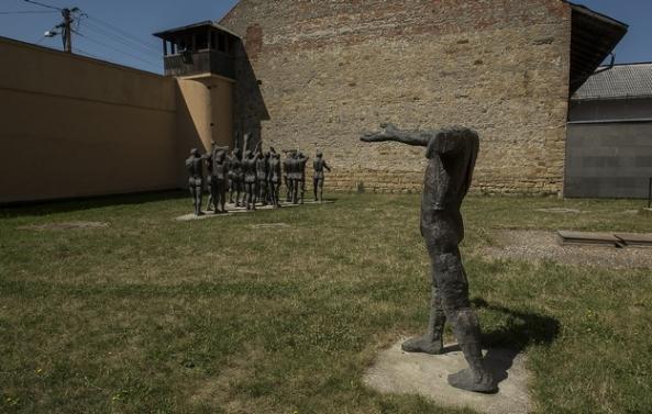 """Curtea interioară a închisorii cu ansamblul statuar """"Cortegiul Sacrificaților"""", realizat de Aurel I. Vlad"""