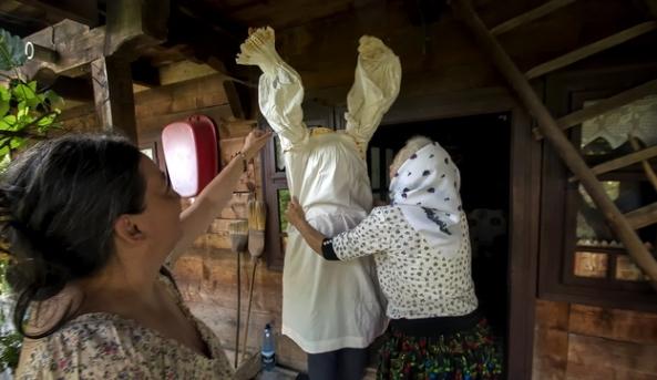 La desești am fost invitați pentru a vedea o casă tradițională. prietena noastră a fost îmbrăcată în haine tradiționale maramureșene.