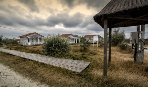 """Căsuţele construite de Ministerul turismului stau ca o religva a """"bunei guvernări""""."""