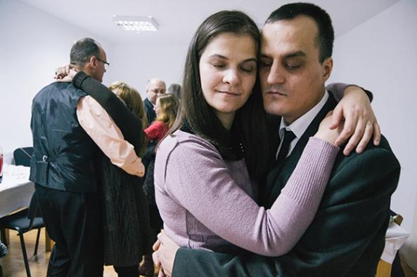 Ciprian Hord - Out of the dark Adrian și soția sa Vera dansează la petrecerea de Anul Nou. Ambii sunt nevăzători. Arad, România, 2015.
